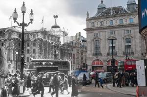 A foto de Wolfgang Suschitzky em Piccadilly Circus foi feita em 2 de junho de 1953, data da Coroação de Elizabeth II