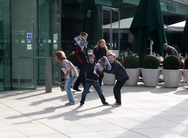 Crianças em Lambeth, Londres. Foto: Lewis Clarke - http://www.geograph.org.uk/profile/11775