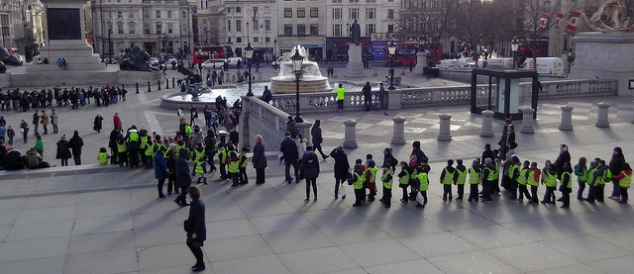 Estudantes visitam a Trafalgar Square. Foto: David Holt - https://www.flickr.com/photos/zongo/